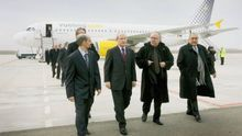 El director del aeropuerto acompaña a Montilla, Carod Rovira y Nadal el día de la inauguración / DPTOP