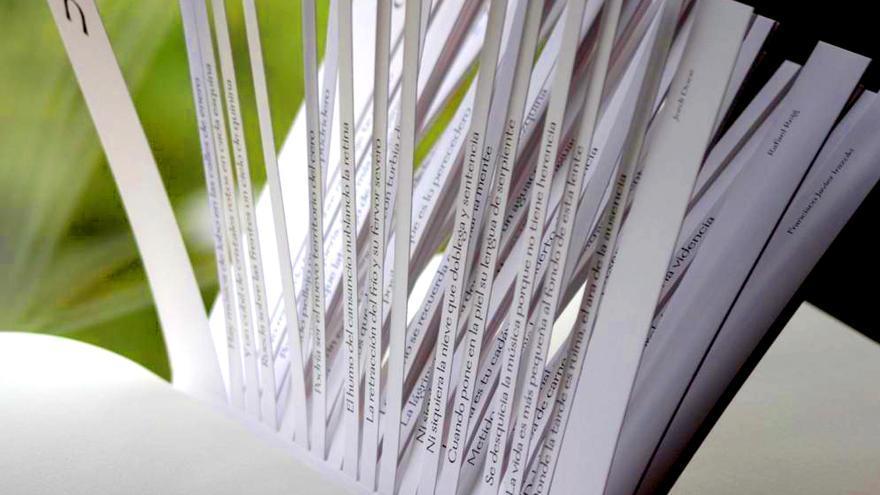 Imagen de un juego que precede a los textos predictivos: un libro cortado siguiendo la filosofía del colectivo de los años 60 Oulipo. Fotografía de: Gabriela Larralde