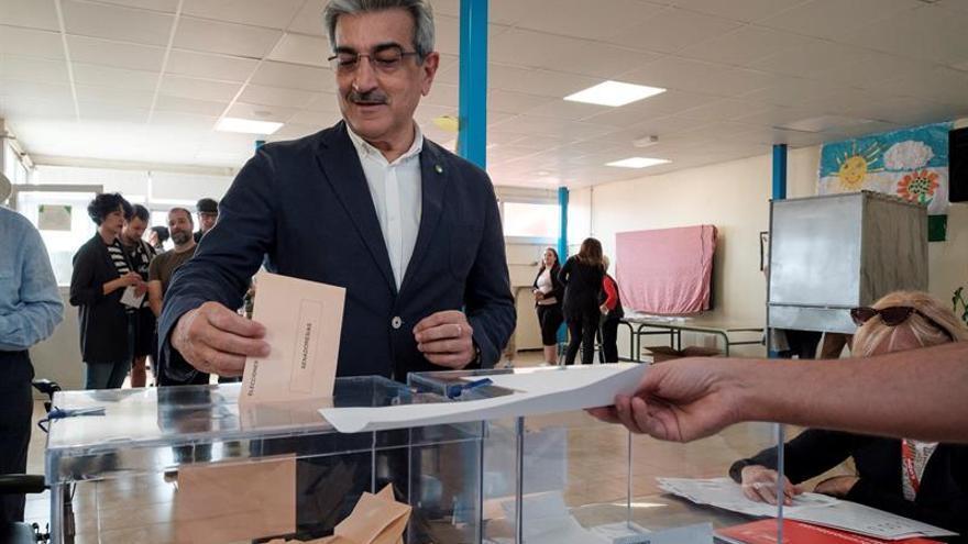 El presidente de Nueva Canarias (NC), Román Rodríguez, en el colegio electoral donde este domingo depositó su voto. EFE/Ángel Medina G.