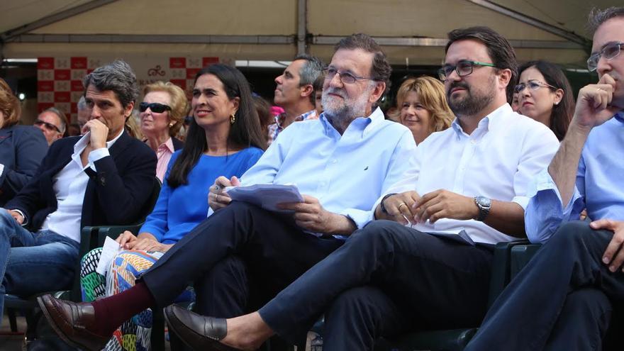 Mariano Rajoy, junto a cargos del PP de Canarias. (ALEJANDRO RAMOS)
