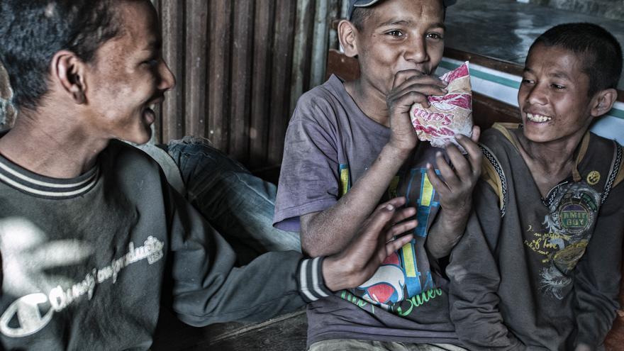 Los chavales de las calles de Pokhara compran botes de pegamento por unos dos euros y lo esnifan en solares abandonados./ FOTO: Zigor Aldama