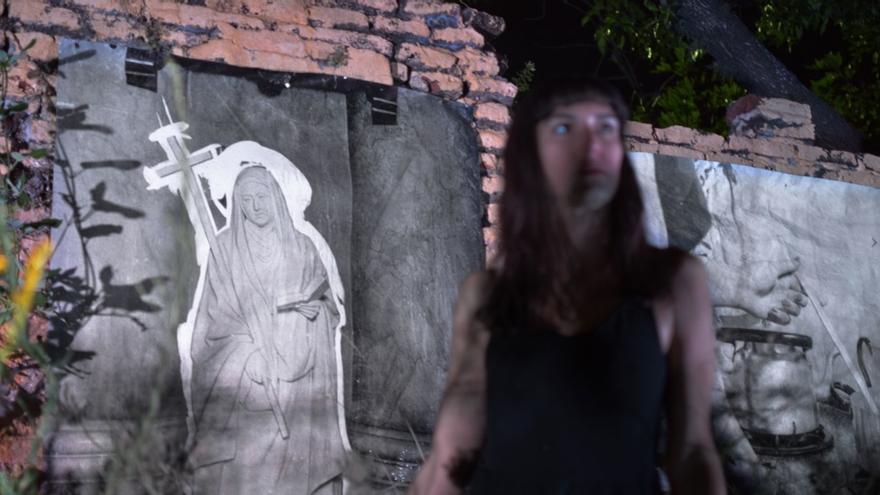 Una de las imágenes de la performance 'Con toda la muerte al aire'