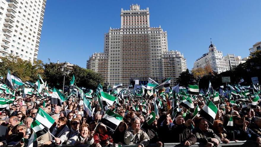 Miles de extremeños se manifiestan en Madrid por un tren digno