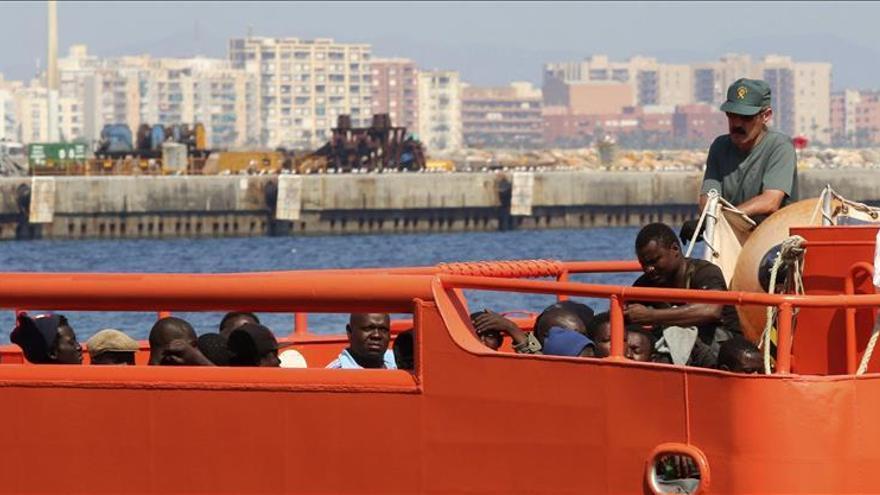Localizan a 33 millas de la isla de Alborán la patera con 31 inmigrantes