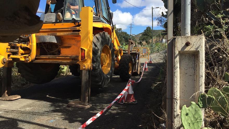 Obras que se llevan a cabo en el estrechamiento que da acceso al Camino de Los Pérez de Las Palmas de Gran Canaria.