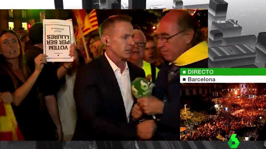 Manifestantes en Barcelona arrebatan el micro a Hilario Pino en una conexión para laSexta