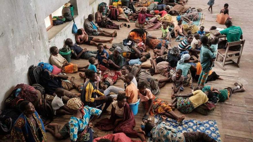 Decenas de personas se refugian en una escuela en Beira (Mozambique) tras el paso del ciclón Idai