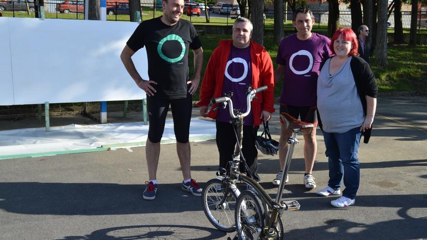 Los cuatro cabezas de lista de Podemos al Parlamento de Cantabria después de realizar una 'bicicletada'.