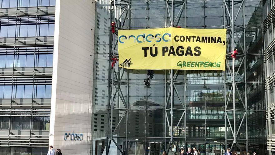 Activistas de Greenpeace despliegan una pancarta en la sede de Iberdrola en Madrid.