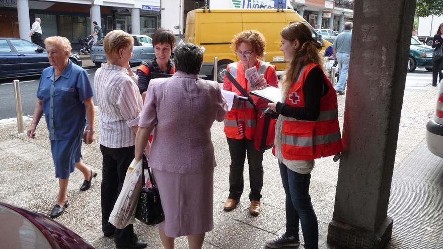 Voluntarios de Cruz Roja Gipuzkoa salen a la calle para hablar con los vecinos