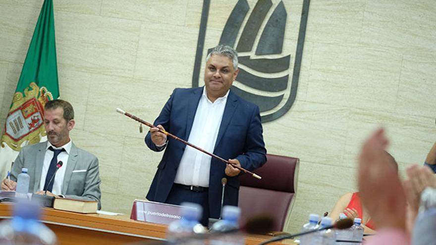 """Juan Jiménez se convierte en alcalde de Puerto del Rosario, un """"hito histórico"""""""