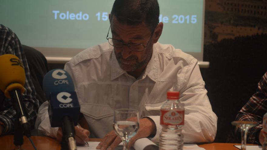 Alejandro Ávila (IU-CLM) firma el pacto por la sanidad pública de Toledo / Foto: Javier Robla