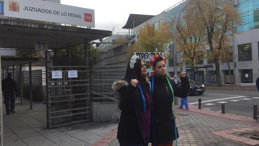 Las dos activistas de Femen denunciadas, antes de entrar al juicio