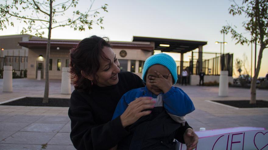 La Dreamer Mom Verónica con su hijo durante una protesta el pasado martes en el consulado de Estados Unidos en Tijuana / Foto: J.P. Martínez