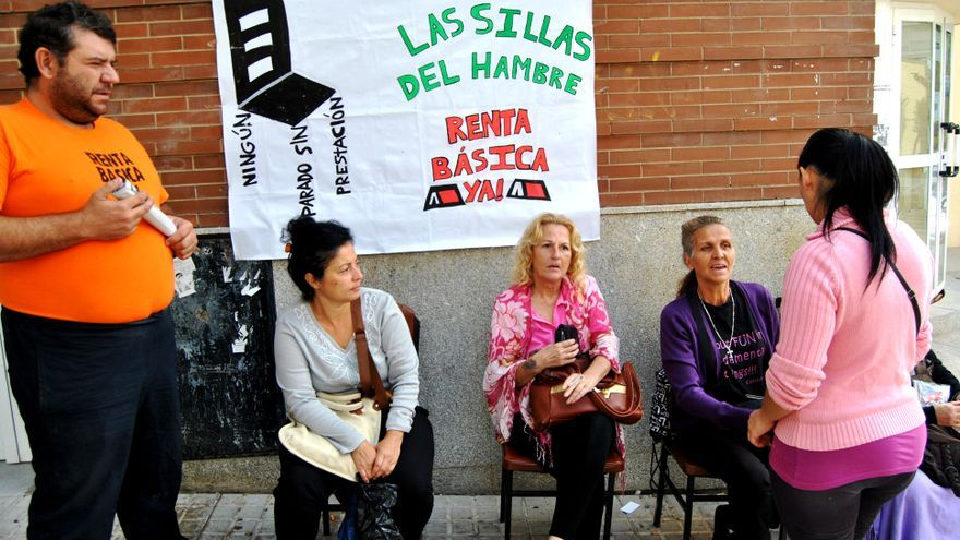 Las 'sillas del hambre' piden un empleo digno a las puertas del paro en Mérida / JCD