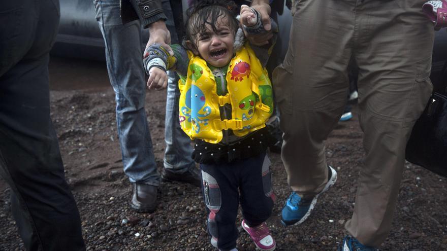Una niña con un zapato perdido llora después de llegar con su familia desde la costa turca a Skala Sikaminias, al noreste de la isla griega de Lesbos. 21 de octubre de 2015 | Foto: AP Photo/Santi Palacios