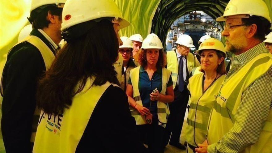 El presidente del Gobierno, Mariano Rajoy, junto a la exministra de Fomento, Ana Pastor, en una visita al AVE Madrid-Galicia