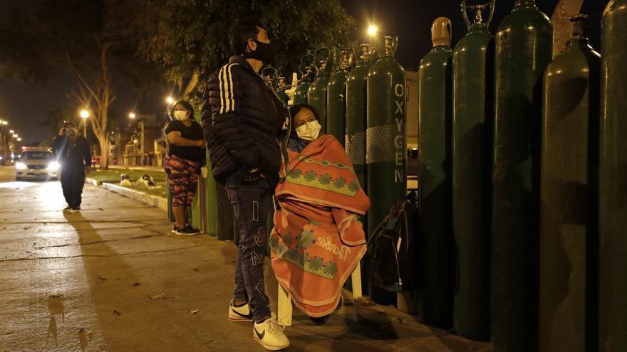 El drama regresa a Perú: noches en vela por un aliento de oxígeno