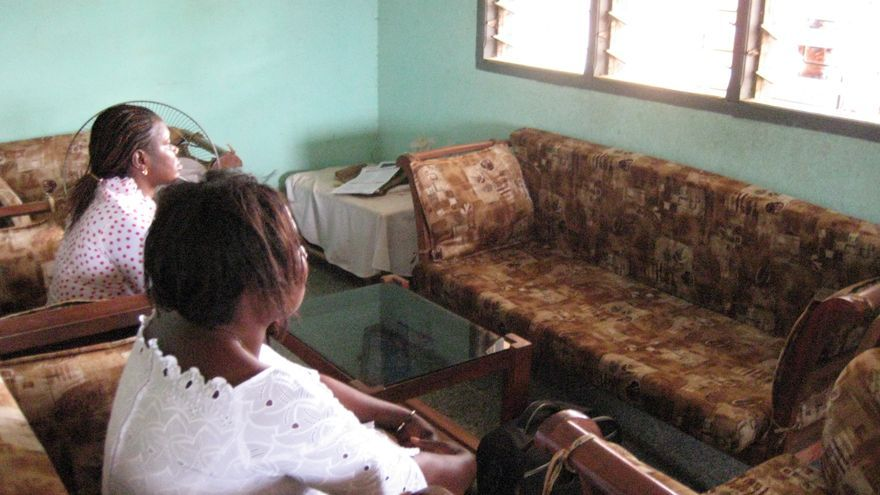 Mujeres del poblado de Djibi denuncian que su capacidad reproductiva se vio afectada por los vertidos de basura tóxica en Abiyán. © Amnesty International