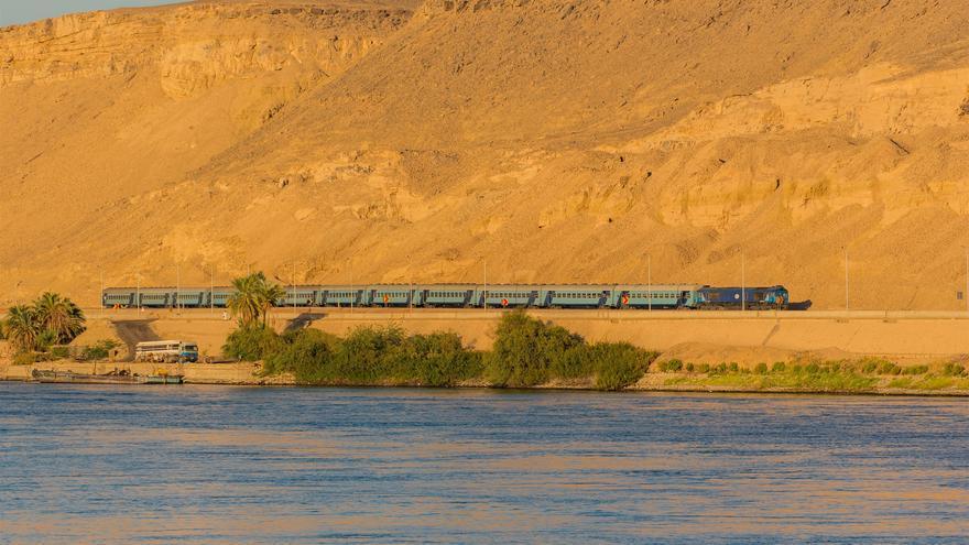 El tren entre El Cairo y Asuan corre en paralelo al gran Nilo. Rab Lawrence