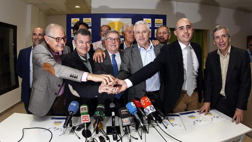 El presidente del Partido Progresista Majorero (PPMAJO), Domingo González Arroyo (i), el presidente del Centro Canario Nacionalista (CCN), Ignacio González (2i), el independiente José Miguel Bravo de Laguna (3i), el presidente de Compromiso por Gran Canaria, José Francisco Pérez (3d), el representante del Partido de Independientes de Lanzarote (PIL), Fabián Martín (2d), y el secretario general de Ciuca, Guillermo Reyes (d). EFE/Ángel Medina G.