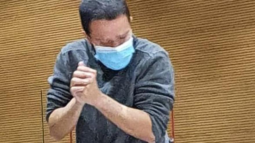 Momento en el que el acusado, Marcos José H.S., escenifica el momento en el que mató a su padre con un hacha