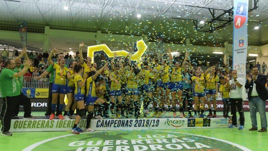 Las jugadoras insulares celebran el título de liga
