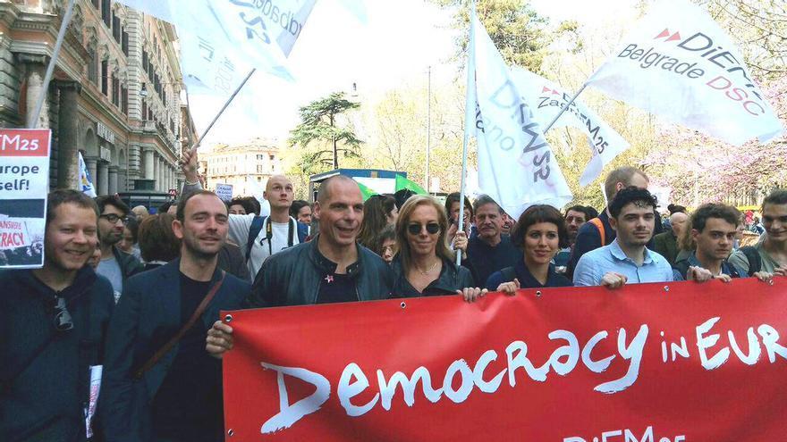 El exministro griego, Yanis Varoufakis, se manifiesta en las calles de Roma