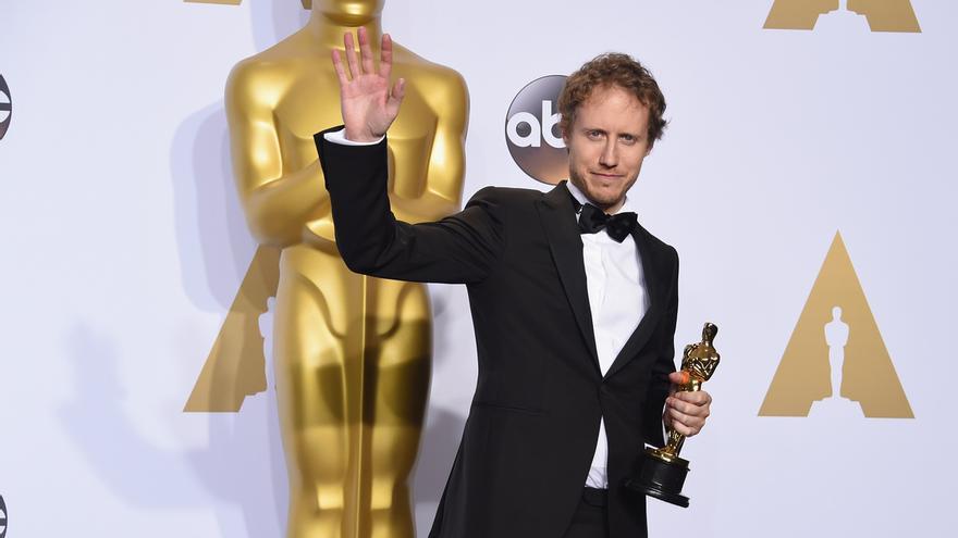 El director húngaro Lázsló Nemes posa con su Oscar a la Mejor Película de Habla no Inglesa para 'Hijo de Saúl'
