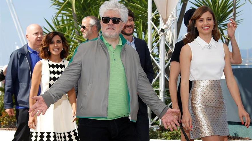 Almodóvar: vengo a Cannes a demostrar que no soy una vaca sagrada