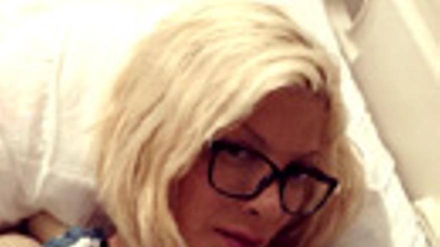 Tori Spelling, hospitalizada tras caer a la parrilla de un restaurante