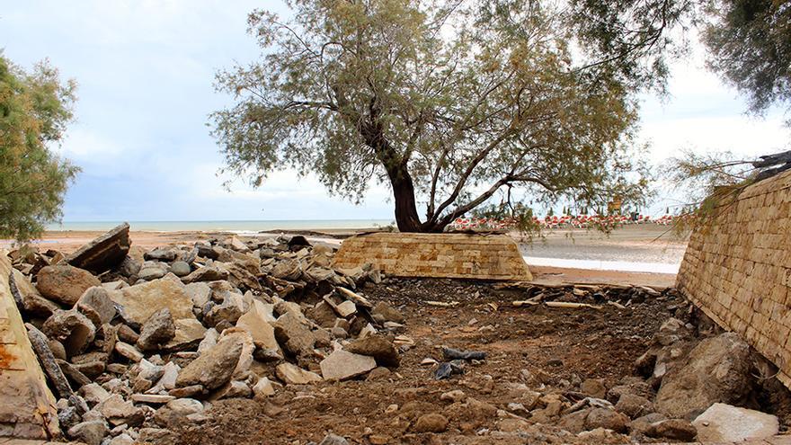 Parte del suelo caído en la avenida de La Playa de San Agustín.