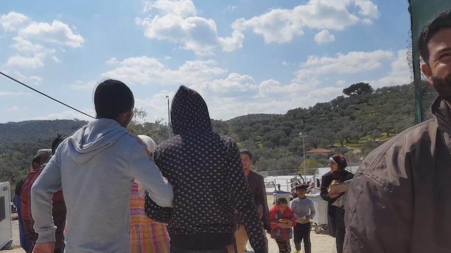 Hombres, mujeres y niños en el centro de Moria.   L. M. H.