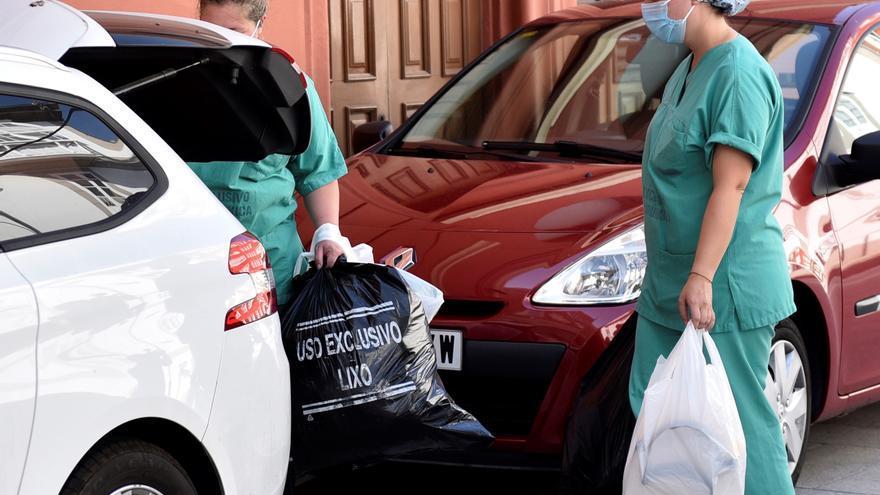 Personal del Servizo Galego de Saúde, SERGAS, a su salida del hotel Finisterre de A Coruña, donde han llevado a cabo un estudio serológico para contrastar más casos de positivos por coronavirus en la plantilla del Fuenlabrada. EFE/CABALAR