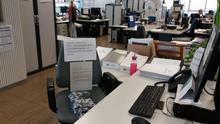 Una silla de las oficinas con carteles de apoyo hacia los condenados