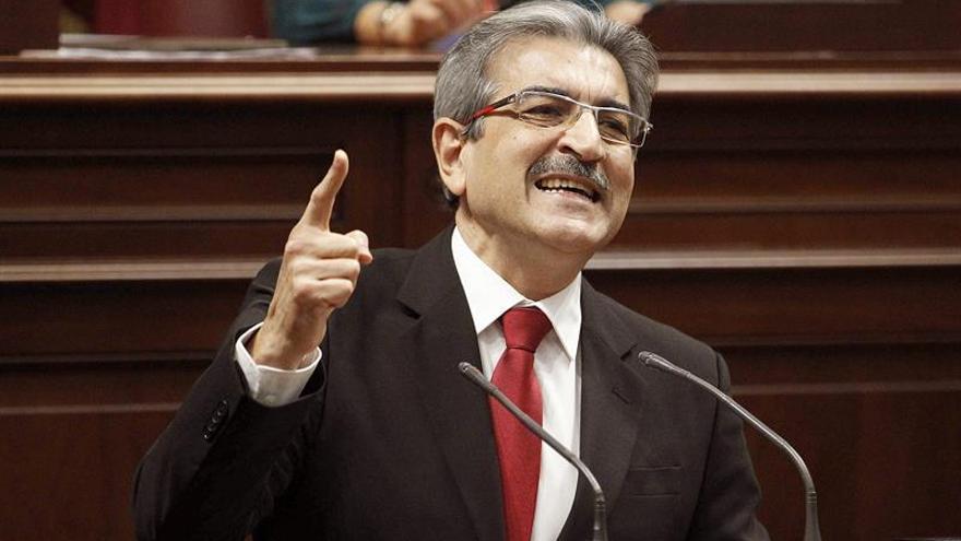 El portavoz ded Nueva Canarias en el Parlamento regional, Román Rodríguez, durante su intervención en el pleno extraordinario