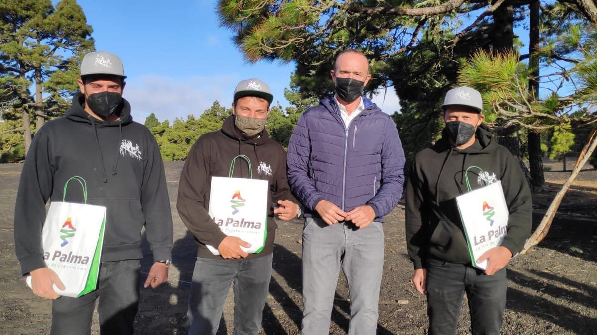 Raúl Camacho con miembros del equipo de rodaje.