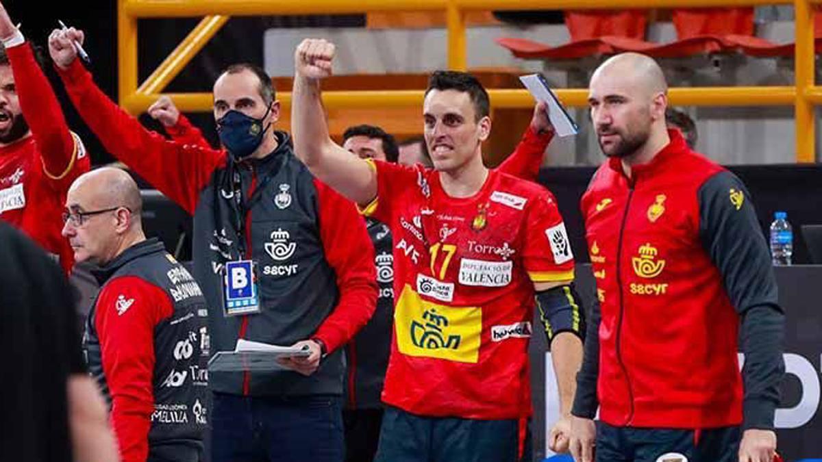 César Montes, con mascarilla, en un partido de la selección española.
