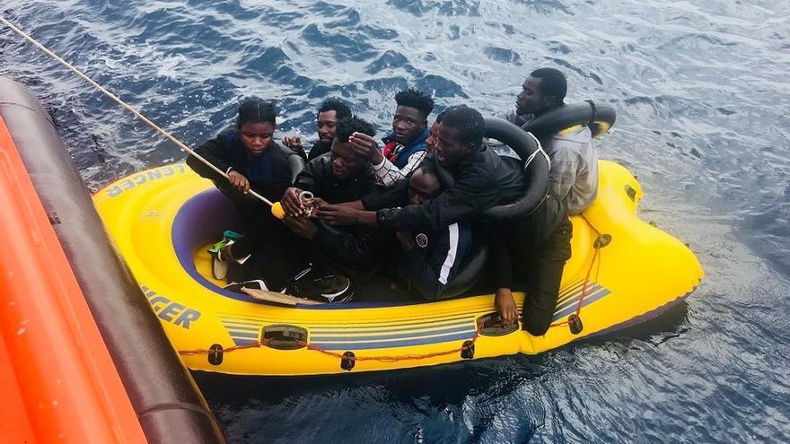 Rescatadas 20 personas, la mayoría menores de edad, de dos pateras en aguas del Estrecho