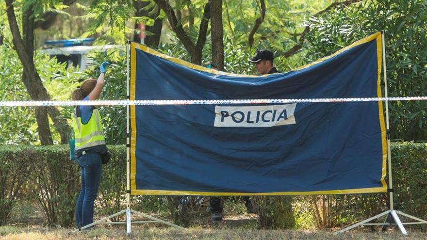 Hallan el cadáver quemado de una mujer en un parque de Sevilla