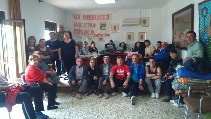 Un grupo de vecinos de Espelúy durante el encierro que mantienen en el salón de plenos desde el pasado 7 de abril.
