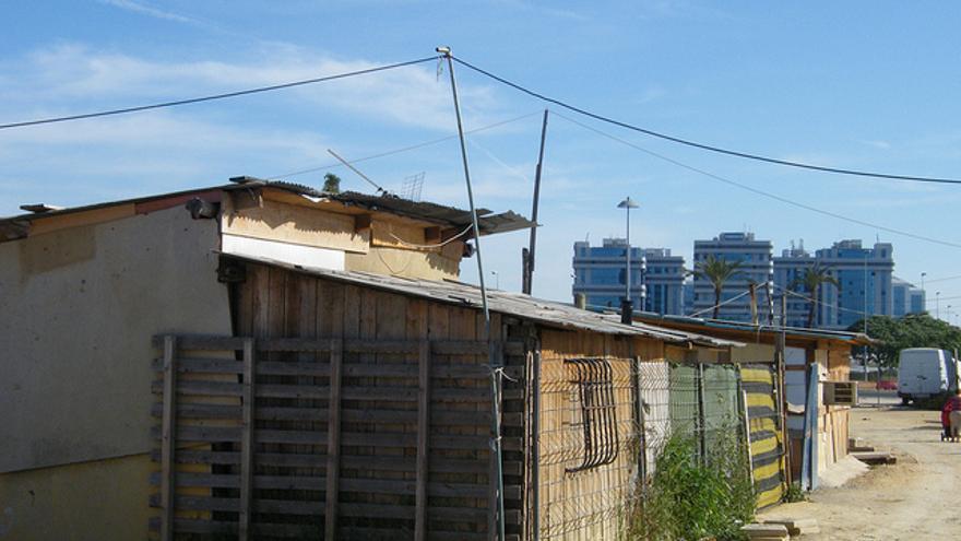 """El poblado chabolista de """"El Vacie"""", en Sevilla, convive frente a los edificios de oficina del Polígono empresarial Nuevo Torneo. (c) Daniel J. Escalera"""
