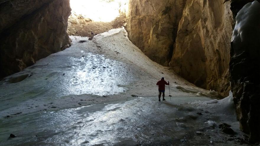 Interior de la cueva helada de Peña Castil en los Picos de Europa / Ricardo Soto.