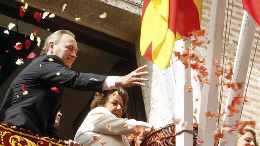 El traslado de la Virgen desata el fervor de miles de valencianos