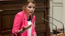 La portavoz del grupo parlamentario Podemos, Noemí Santana, interviene en el pleno del Parlamento de Canarias