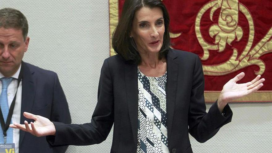 La consejera de Turismo, Cultura y Deportes del Gobierno de Canarias, María Teresa Lorenzo, en comisión parlamentaria para informar del proyecto de presupuestos autonómicos en su área para 2017. EFE/Cristóbal García
