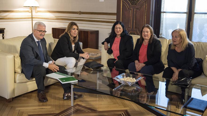 Susana Díaz y Manuel Jiménez Barrios con las hermanas García Caparrós este miércoles.