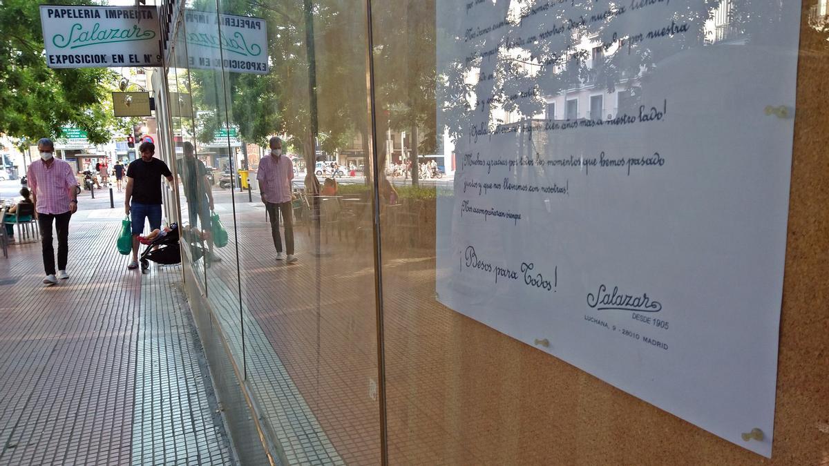 Carta de despedida colocada en la puerta de la papelería Salazar