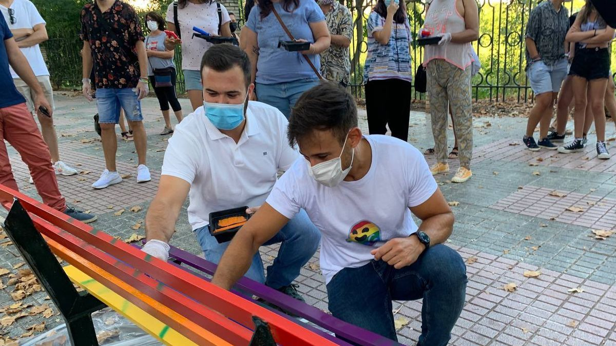 El alcalde, Luis Salaya, y el concejal  de Igualdad LGTBI, David Santos, colaboran, el pasado agosto, en la reparación de los bancos del Paseo de la Diversidad de Cáceres