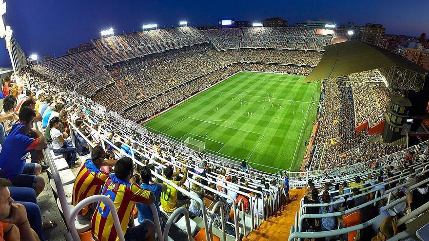 Imagen panorámica del viejo Mestalla durante un partido